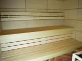 Отделка сауны в современном стиле с гималайской солью и панелями из ясеня